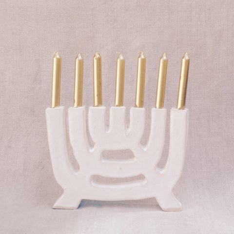 Menorah fabriquée par Marion Graux.  La menorah est un objet sacré pour chaque famille juive. On allume la menorah pour celebrer le chabbat. La menorah est une judaica très importante.