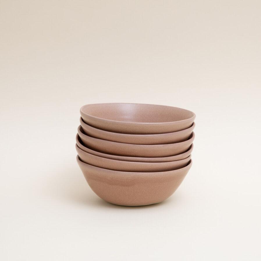 Les grands bols à bouillon roses sont fabriqués à la main en petites séries.